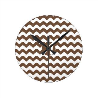Kaffe- och vitvågarMonogram Medium Rund Klocka