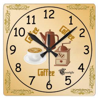 Kaffe tar tid på fyrkantig klocka