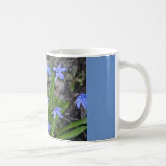 Kaffemugg, blåa blommor av Springtime. Kaffemugg