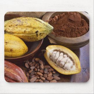Kakaopod som innehåller kakaobönor som är musmattor