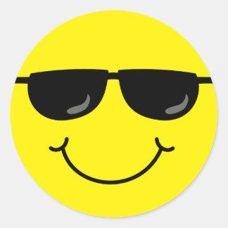 Kall smiley face med solglasögon runt klistermärke