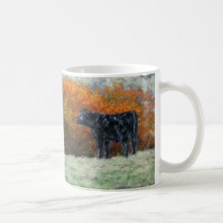Kalv vid bäck i nedgångmuggen kaffemugg