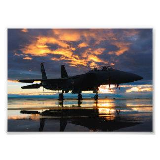 Kämpejetflygplan på solnedgångmilitärgåvor fototryck
