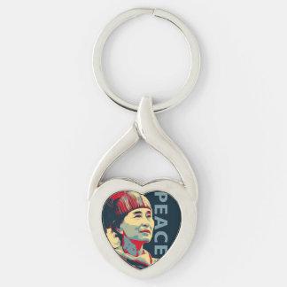 KÄMPEN - Aung San Suu Kyi | beställnings- Keychain Twisted Heart Silverfärgad Nyckelring