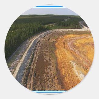 Kanadensare landskap av de stängda bryta områdena runt klistermärke