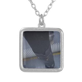 Kängor Halsband Med Fyrkantigt Hängsmycke
