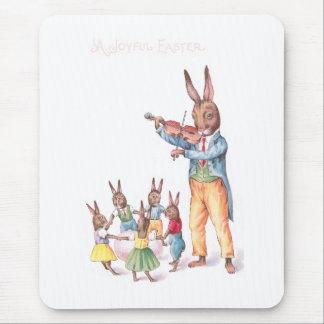 Kanin som leker kortet för fiolvintagepåsk musmatta