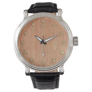 Kanji numrerar på ljust trä armbandsur