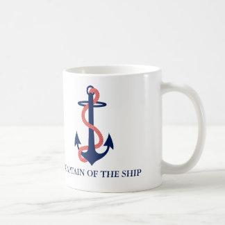 Kaptenen av den nautiska muggen för frakten med kaffemugg