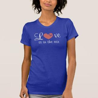 Kärlek är i den luft färgade T-tröja T Shirts