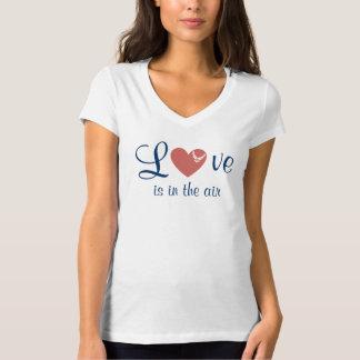 Kärlek är i den luftV-nacken T-tröja T Shirt