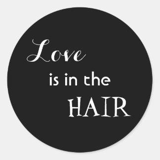 Kärlek är i håret runt klistermärke