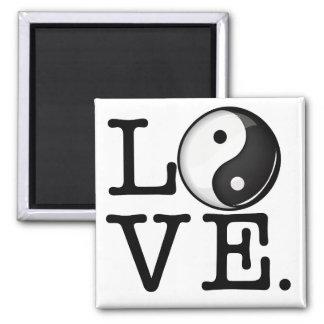 Kärlek balanserar in det skina Yin Yang symbolet Magnet