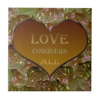 Kärlek erövrar alla guld- floror kakelplatta