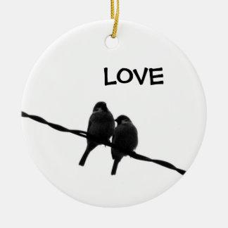 Kärlek/sparrowen parar binder på julgransprydnad keramik