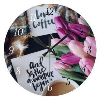 Kärlekkaffe och äventyr börjar så tar tid på stor rund klocka