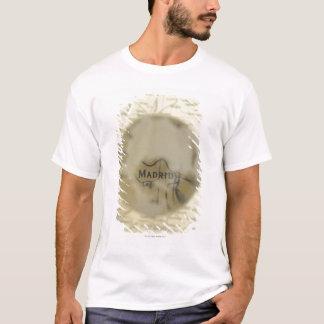 Karta av Europa som ses till och med kristallkulan T-shirt
