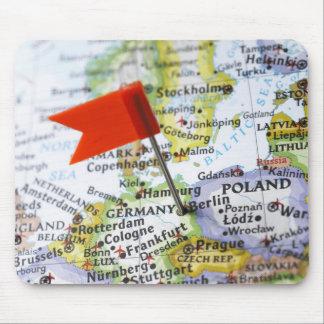 Kartan klämmer fast förlagt i Berlin, Tyskland på  Musmatta