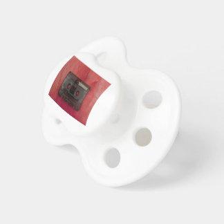 Kassetten tejpar röd musikvintage napp
