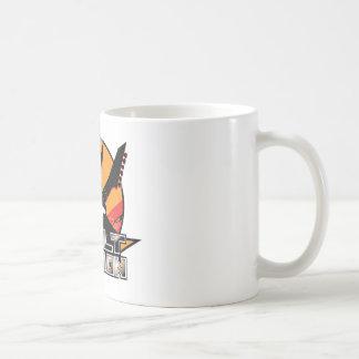 Kasta i sig handlingkaffemuggen kaffemugg
