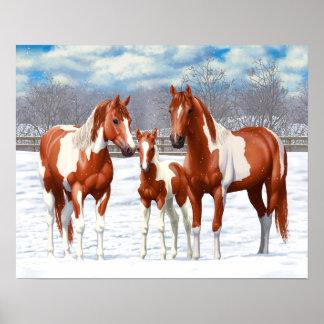 Kastanjebruna Pintohästar i snö Poster