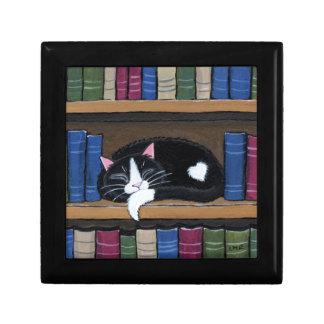 Katt för smoking för bokkärlek som   sovar på liten presentask
