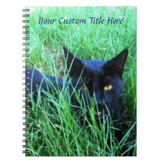 Katt i gräsanpassningsbar anteckningsbok