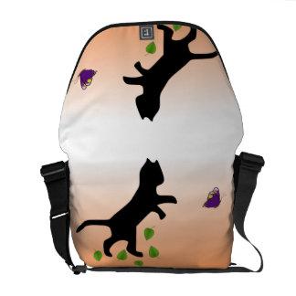 Katt med fjärilen kurir väskor