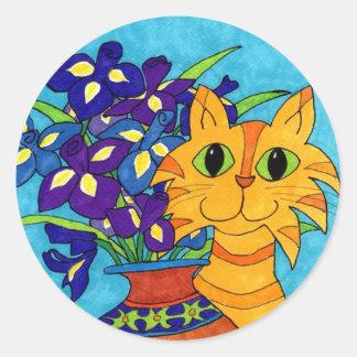 Katt med Irises i den Talavera vasen Runt Klistermärke