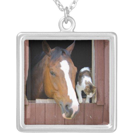 Katt och häst - hästranch - hästälskare halsband med fyrkantigt hängsmycke