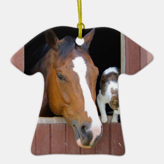 Katt och häst - hästranch - hästälskare  T-Shirt formad julgransprydnad i keramik