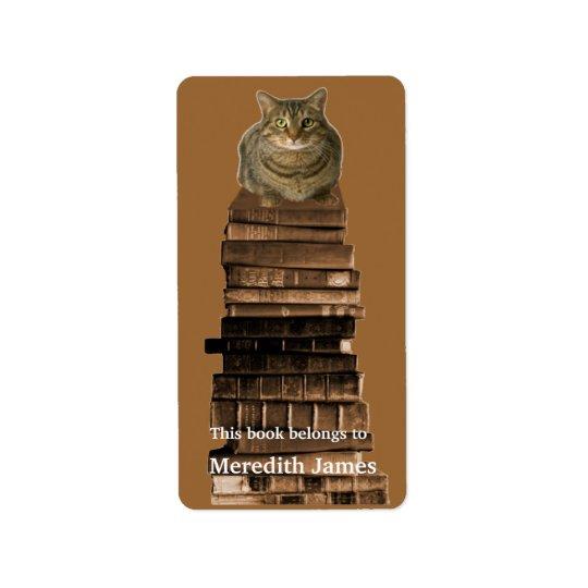 Katt på bunt av bokbokägarmärke adressetikett