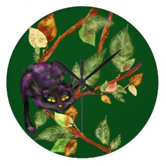 Katt på en gren stor klocka