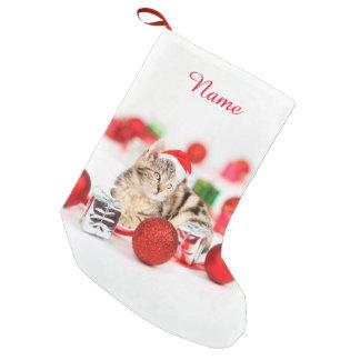 Katt som ha på sig den röda prydnaden för Santa Small Christmas Stocking