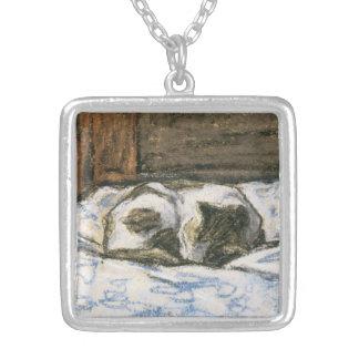 Katt som sovar på en säng vid Claude Monet Silverpläterat Halsband