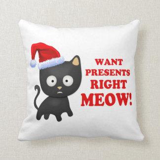 Katten önskar julklappar som höger jamar kuddar