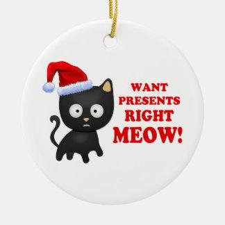Katten önskar julklappar som höger jamar rund julgransprydnad i keramik