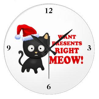 Katten önskar julklappar som höger jamar stor rund klocka