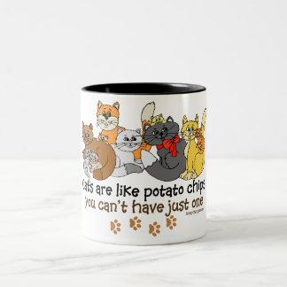 Katter är lika potatischiper Två-Tonad mugg