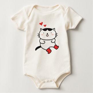 Kattunge i kängor på att bekläda bodies för bebisar