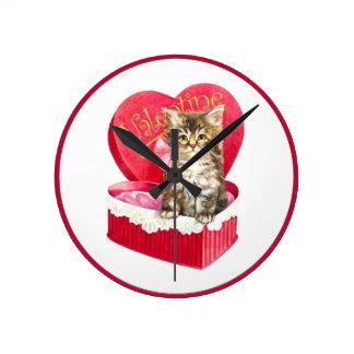 Kattungen i godis boxas rund klocka