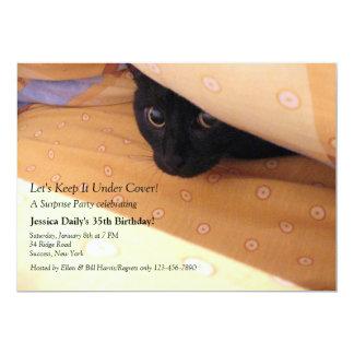 Kattungen täcker Under överrrakningpartyinbjudan 12,7 X 17,8 Cm Inbjudningskort