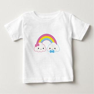 Kawaii kopplar ihop moln med regnbågen tee shirts