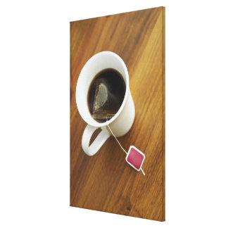 Kickvinkeln beskådar av en kopp av tea canvastryck