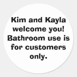 Kim och Kayla välkomnande dig! Badrumanvända är Runt Klistermärke