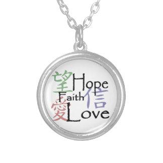 Kinesiska symboler för kärlek, hopp och tro halsband med rund hängsmycke