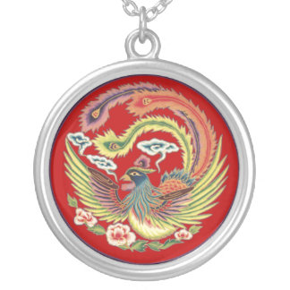 Kinesiskt Phoenix halsband med röd bakgrund