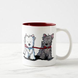 KiniArt Terrier som går kompisar Två-Tonad Mugg