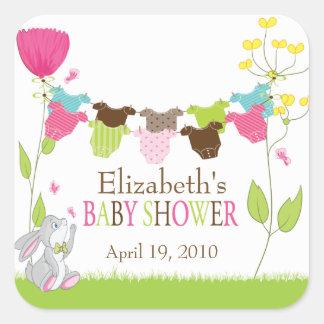 Klädstreckpojkeflickan kopplar samman baby shower fyrkantigt klistermärke