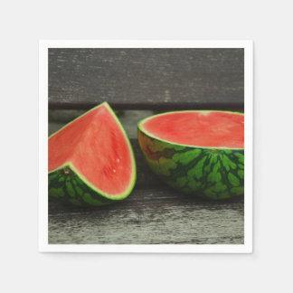 Klipp vattenmelonen på lantlig Wood bakgrund Pappersservetter